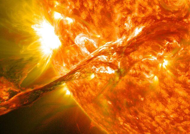 Errupção ocorrendo na superfície solar