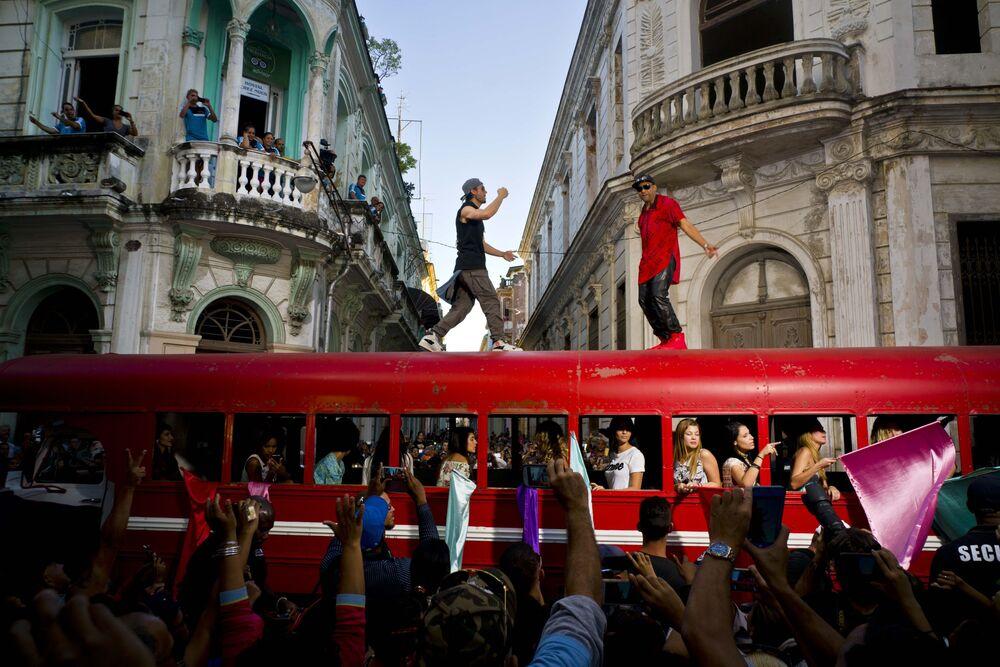 Enrique Iglesias e Descember Bueno durante a filmagem de seu novo videoclipe em Havana