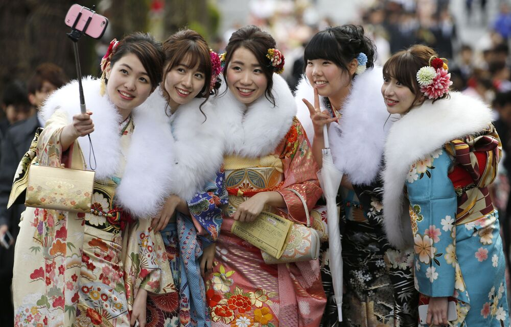 Meninas japonesas vestidas de quimono no Dia da Maioridade