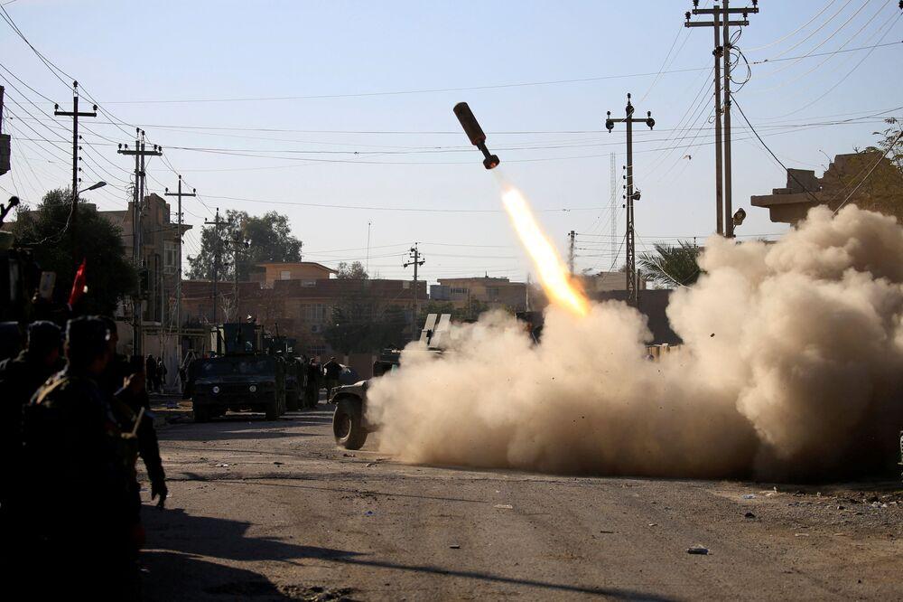 Militares iraquianos lançam mísseis em direção às posições de terroristas
