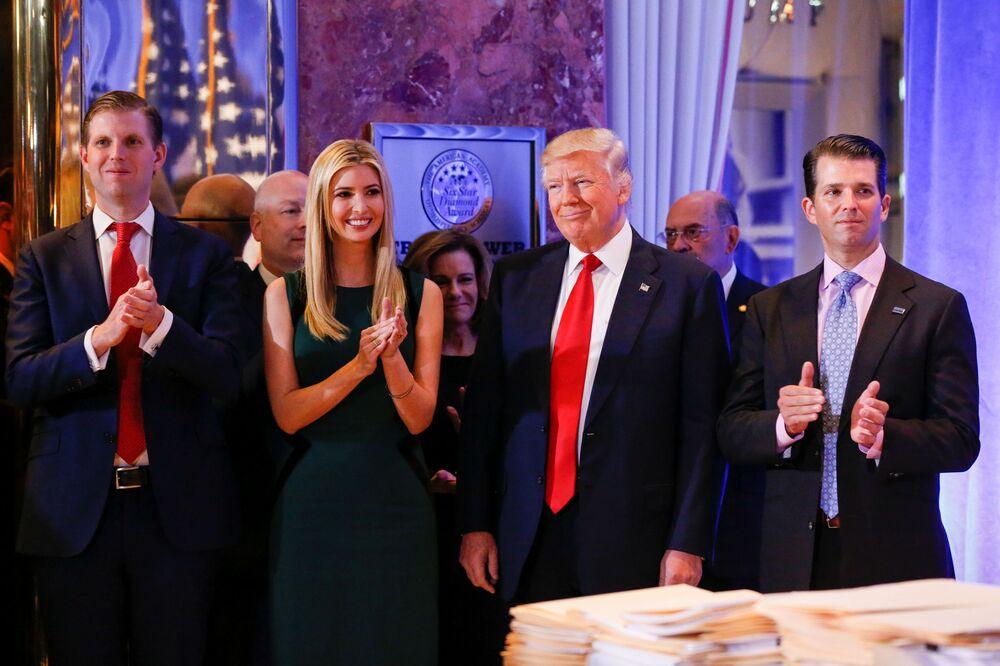 Presidente eleito Donald Trump com sua família antes da primeira coletiva de imprensa oficial