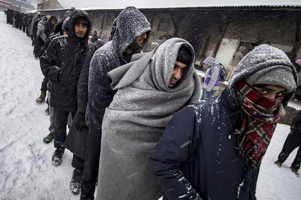 Migrantes na fila para receber comida em Belgrado