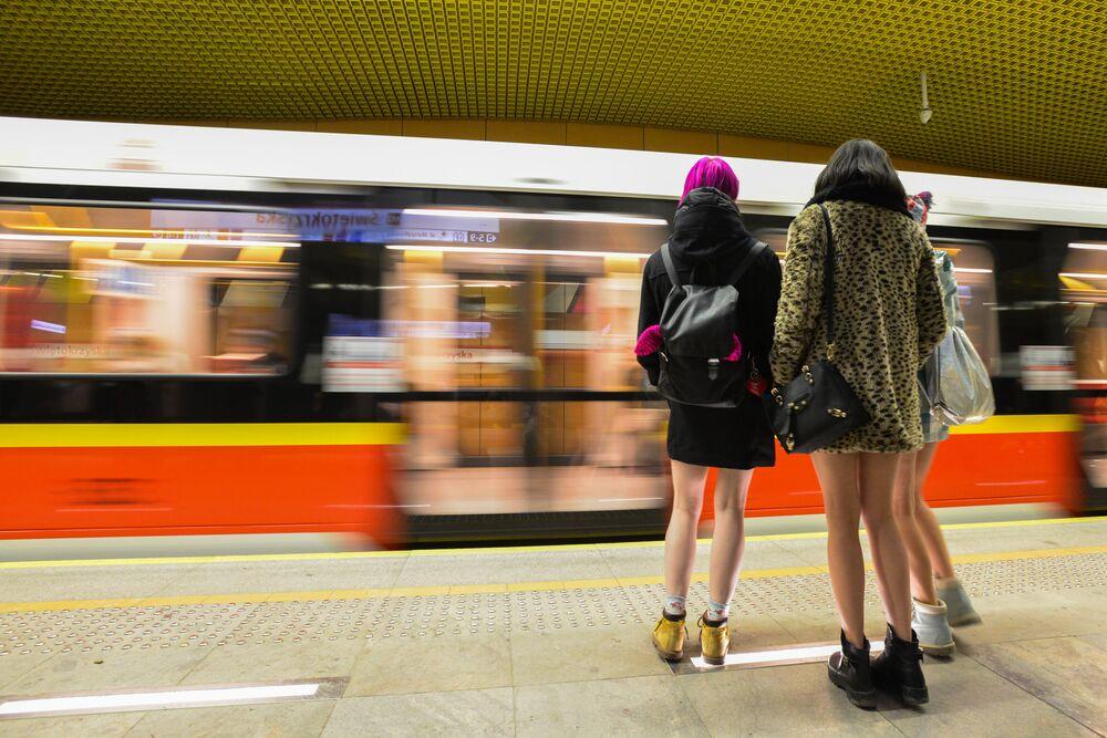 Participantes do flash mob anual Dia Sem Calça em uma estação do metro de Varsóvia