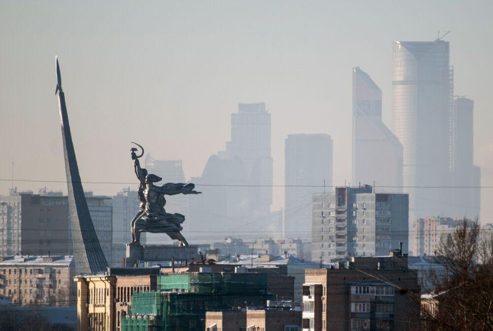 Vista do monumento O Operário e a Camponesa, com o Centro Internacional de Negócios de Moscou no fundo