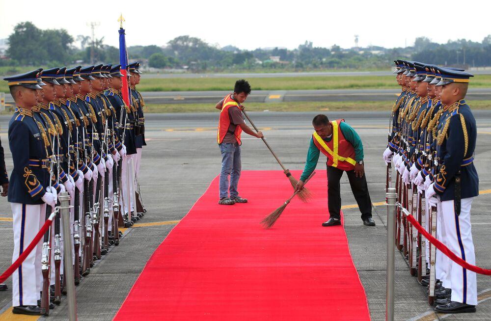 Faxineiros limpam tapete antes da visita de Shinzo Abe, premiê japonês, a Manila, capital filipina