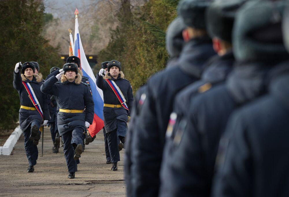 Porta-bandeira na cerimônia de entrada em serviço do sistema de mísseis S-400 em Teodósia, na Crimeia