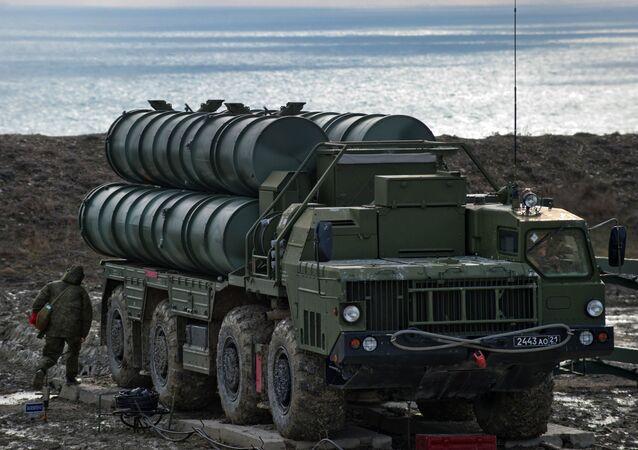 Sistema de mísseis S-400 Triumph do regimento de defesa antiaérea na cidade russa de Teodósia, na Crimeia