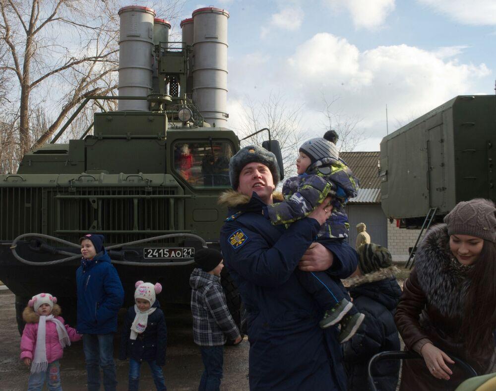 Exibição de exemplares de equipamentos no território da unidade militar de mísseis do Distrito Militar do Sul em Teodósia, na Crimeia
