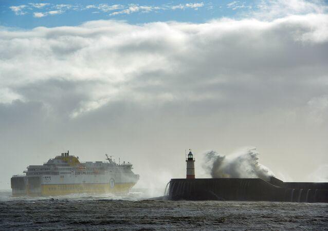 Ondas gigantes na costa britânica - foto de arquivo (10 de janeiro, 2015)