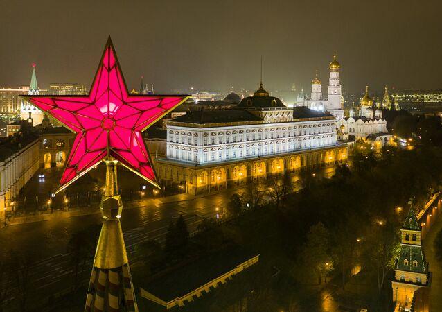 Estrela de rubi de uma das torres da fortaleza do Kremlin. Ao fundo, Grande palácio do Kremlin (foto de arquivo)