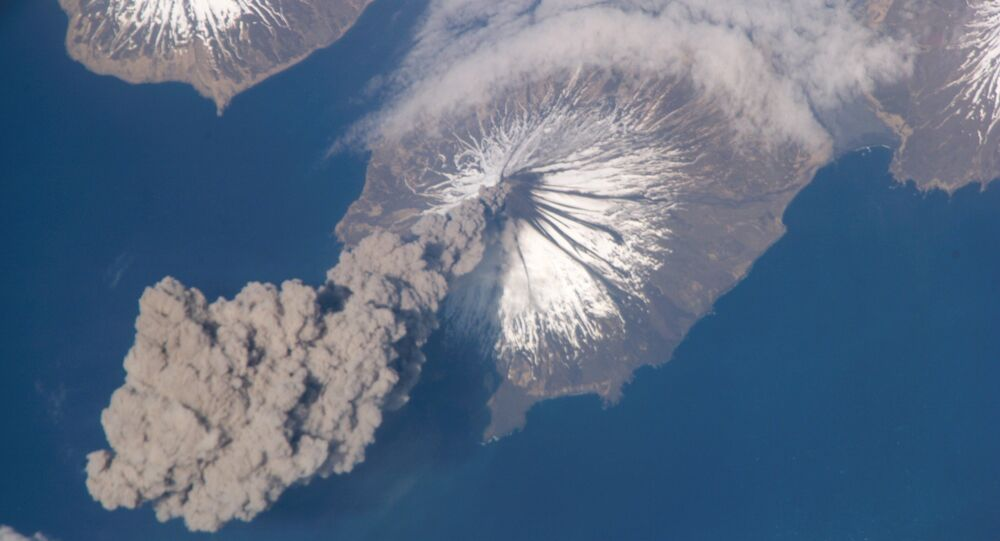 Vulcão em erupção nas Ilhas Aleutas, Alasca (foto ilustrativa)