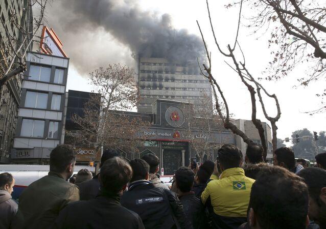 Incêndio no aranha-céus em Teerã