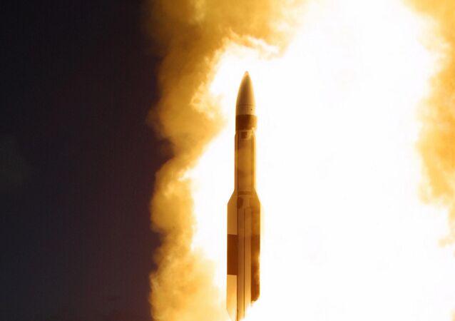 Interceptor de mísseis lançado do cruzador USS Lake Erie da Marinha dos EUA perto do Havaí