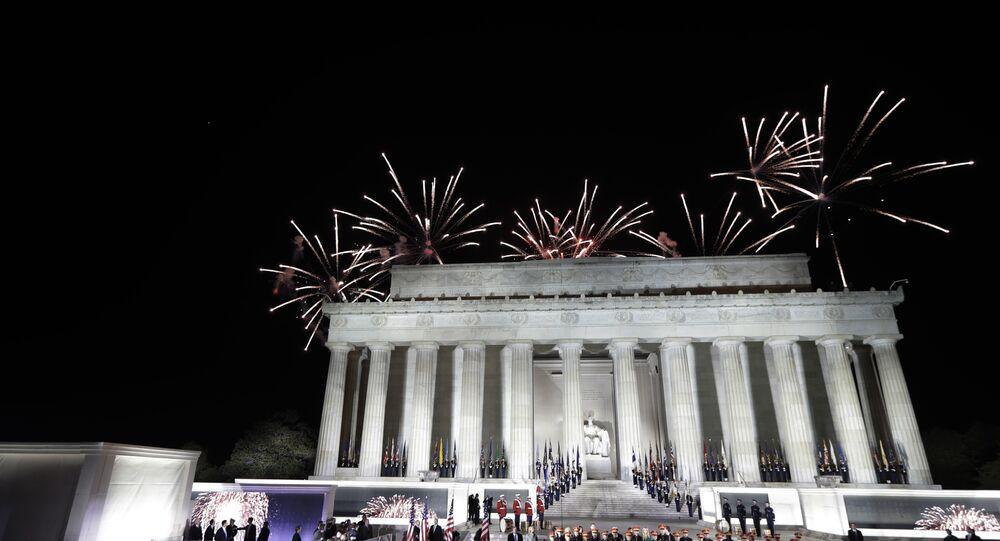 Fogos de artifício em evento às vésperas da tomada de posse de Donald Trump, no Lincoln Memorial
