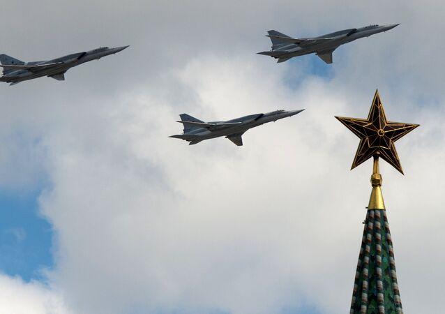 Um bombardeiro estratégico Tu-22, da Força Aeroespacial da Rússia, durante o ensaio para Dia da Vitória em Moscou