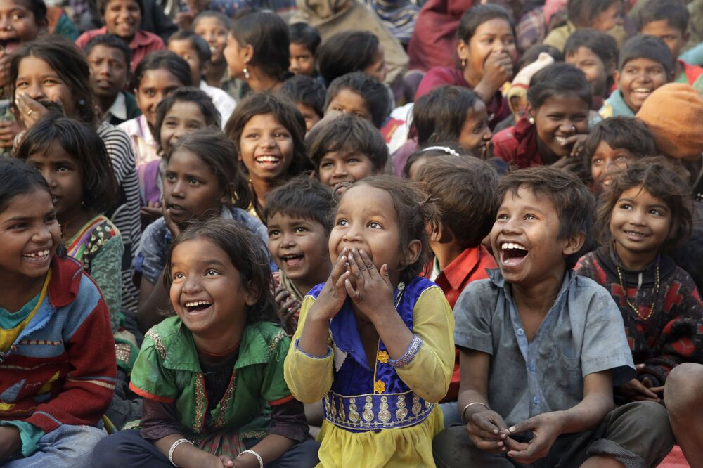 Crianças de famílias pobres assistem apresentação no âmbito do movimento contra o trabalho infantil