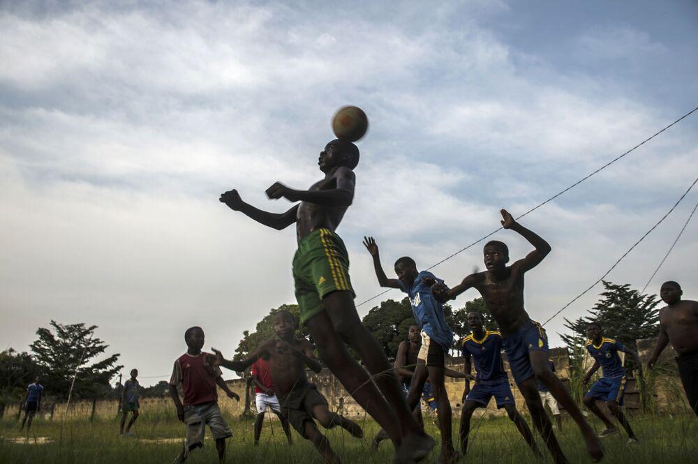 Meninos jogam bola no âmbito da Copa das Nações Africanas em Franceville, no Gabão