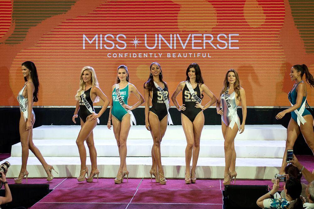 Participantes do concurso Miss Universo, que decorre nas Filipinas, durante o desfile de biquíni