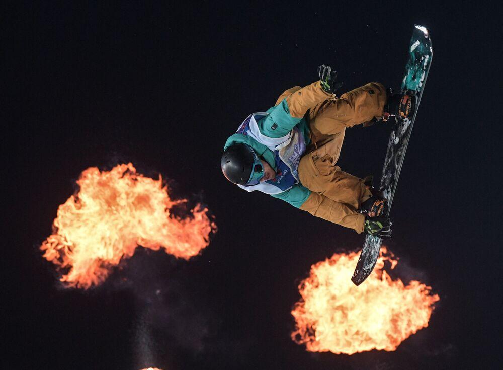 Yannick Boudjelal, snowbordista francês no final de uma das etapas do torneiro Grand Prix De Russie 2017