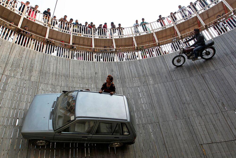 """Motociclistas fazem truque """"Poço da Morte"""" na exposição em Allahabad, na Índia"""