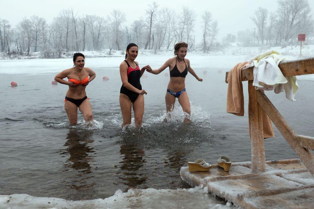 Meninas tomam banho em água gelada