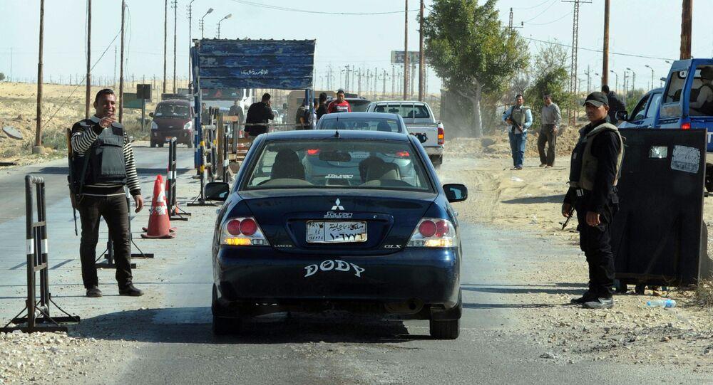 Polícia egípcia inspecionando carros em posto de controle no Sinai do Norte (arquivo)