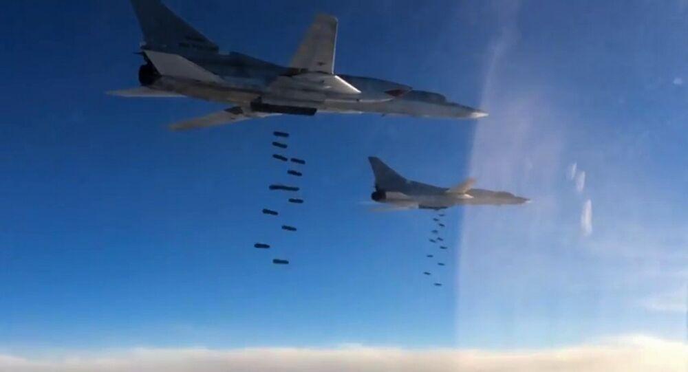 Bombardeiros de longo alcance Tupolev Tu-22 M3 da Força Aérea da Rússia atacam posições do Daesh na Síria