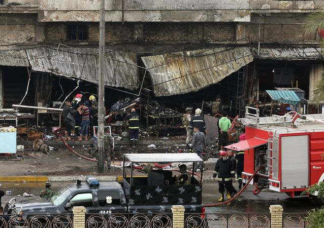 Forças de segurança inspecionam área atingida por ataque a bomba em Bagdá (arquivo)