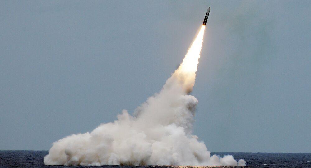 Míssil britânico Trident II D5 lançado a partir do submarino USS Maryland perto da costa da Flórida, 31 de agosto de 2016