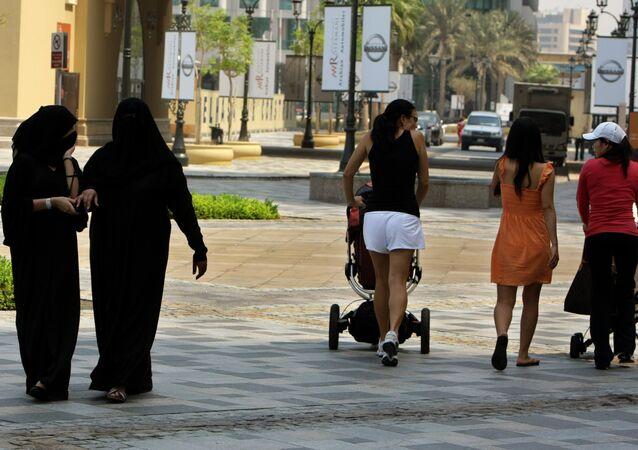 Foto de arquivo: mulheres locais e turistas em Dubai