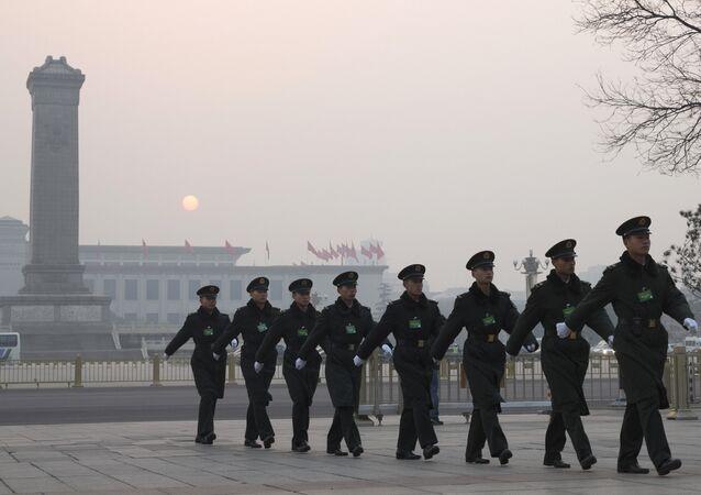 Soldados chineses marcham perto da Praça Tiananmen antes do encerramento do Congresso Nacional do Povo, 16 de março de 2016.