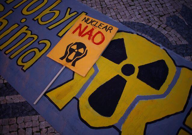 Cartazes contra a usina nuclear de Almaraz são vistos na frente da embaixada espanhola em Lisboa, em 12 de janeiro de 2017
