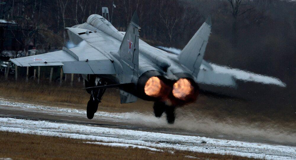 Caça MiG-31 decola durante os exercícios da aviação de caças na região de Primorie