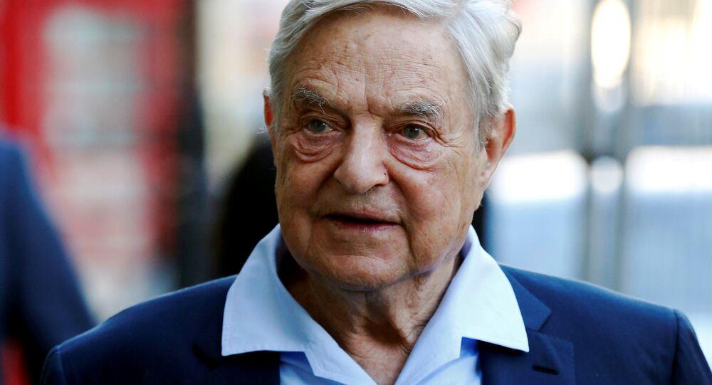 O magnata George Soros chega para discursar no Clube Rússia Aberta em Londres, em 20 de junho de 2016 (foto de arquivo)