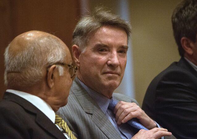 Eike Batista, no centro, è visto em 18 de novembro de 2014 durante uma pausa em um tribunal do Rio de Janeiro