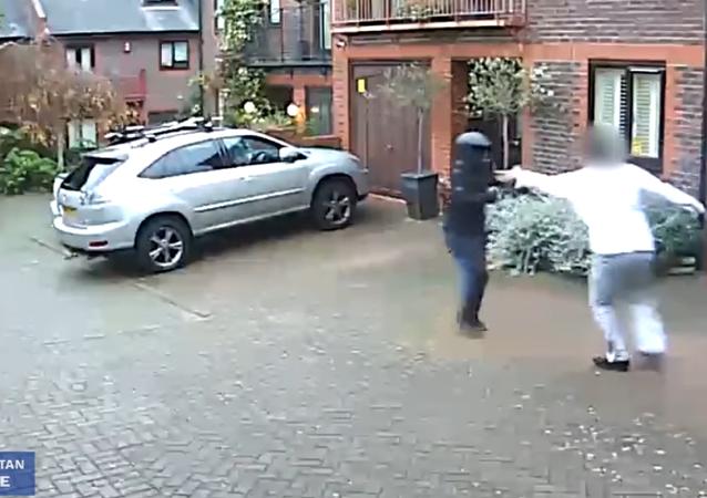Homem contra atacantes com matracas