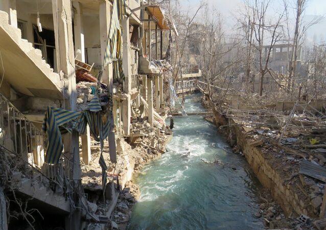 A foto mostra a área perto da estação de bombeamento de água de Ain al-Fijeh, nos arredores de Damasco, em 29 de janeiro de 2017, após o exército sírio aí ter entrado, pela primeira vez em quatro anos, depois de um acordo com os rebeldes.