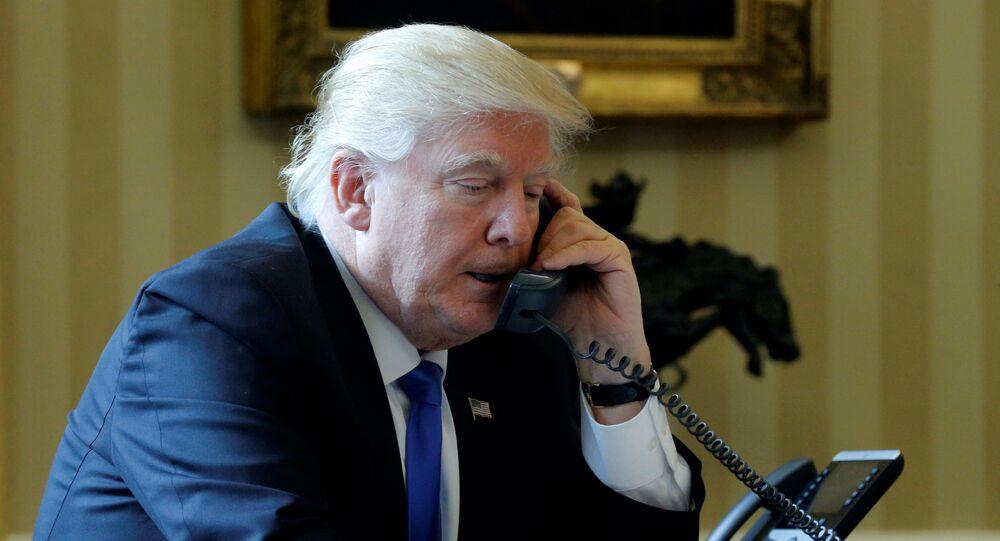 Presidente dos EUA, Donald Trump, conversa por telefone com o presidente da Rússia, Vladimir Putin; Casa Branca, 28 de janeiro de 2017