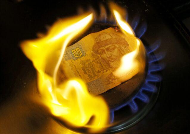 Nota de uma grivnia, moeda nacional ucraniana, está sendo queimada no fogão