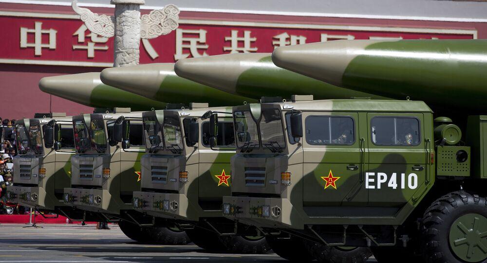 Veículos militares lavando mísseis balísticos chineses DF-26