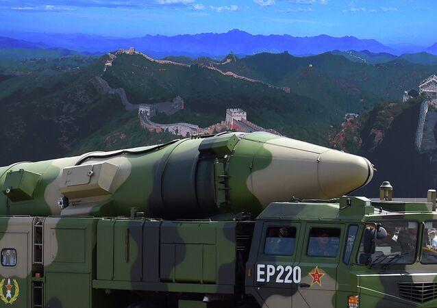Veículo militar levando o míssil chinês DF-21D