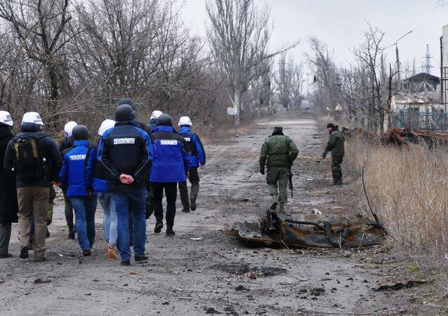 O vice-chefe da missão da OSCE na Ucrânia, Alexander Hug, visita a área bombardeada em Yasinovataya