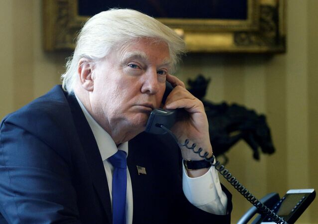 Donald Trump ao telefone na Casa Branca (imagem de arquivo)