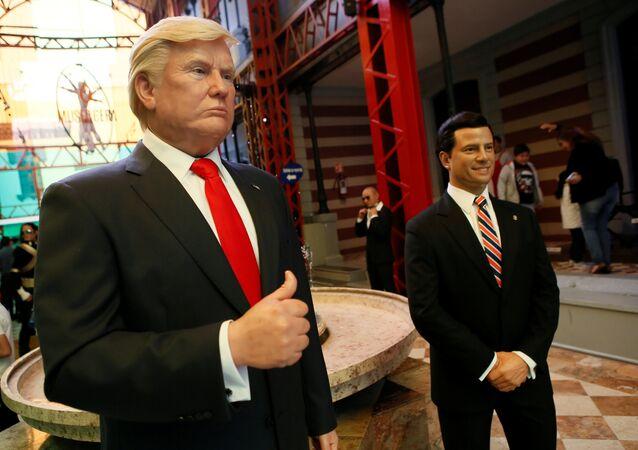 Bonecos de cera do presidente dos EUA Donald Trump e do mexicano Enrique Peña Nieto na Cidade do México