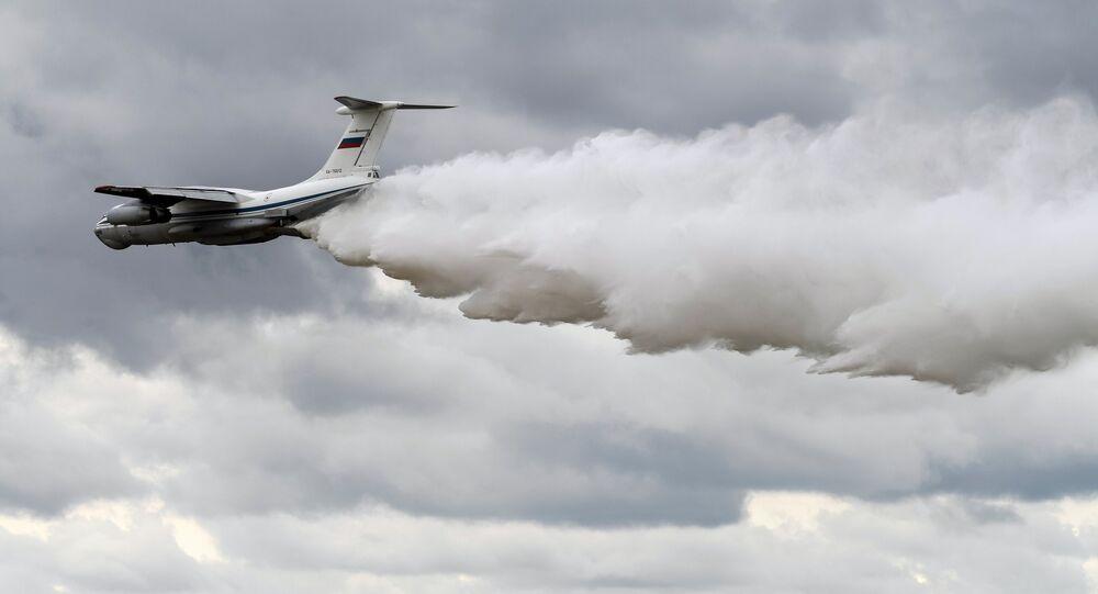 Avião russo Il-76 em combate a fogos florestais