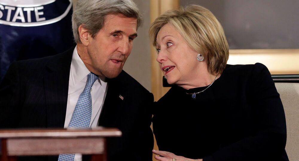 Ex-secretários de Estado dos EUA, Hillary Clinton e John Kerry, conversam durante um evento em Washington, em 10 de janeiro de 2017