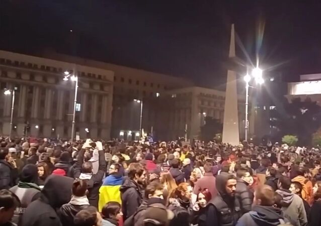 Thousands of people are protesting against the government in front of the Victoria Palace in Romania's capital Bucharest over the recently approved amendments to the criminal code on amnesties for prisoners, local media report.