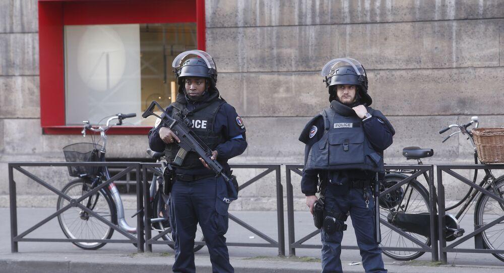 Agentes da polícia francesa guardando o perímetro do Museu do Louvre, em Paris, em 3 de fevereiro de 2017