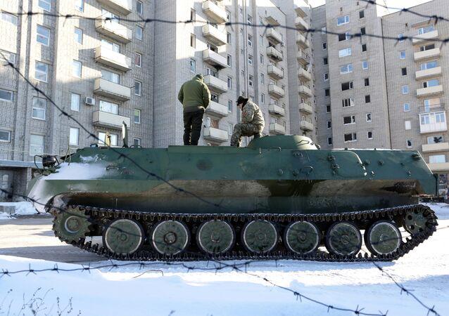 Veículo blindado das Forças Armadas da Ucrânia em Avdeevka, Ucrânia