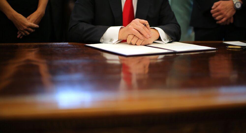 Presidente norte-americano está assinando uma ordem executiva no Salão Oval da Casa Branca, Washington. janeiro, 30, 2017